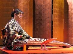 Nobuko Matsumiya (koto)  Danse du Kabuki (musée Guimet)